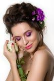 Portrait de la jeune belle femelle tenant la rose de blanc avec le viole images stock