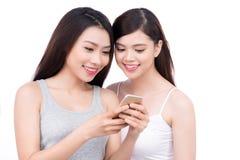 Portrait de la jeune belle femme asiatique riant avec bonheur Images libres de droits