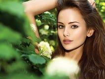 Portrait de la jeune belle femme avec de longs poils outdoors images libres de droits