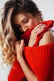 Portrait de la jeune belle femme caucasienne dans le T-shirt rouge souriant cheerfuly regardant la cam?ra photos stock