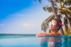 Portrait de la jeune belle femme détendant dans la piscine de station thermale Photos libres de droits