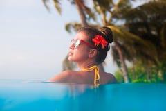 Portrait de la jeune belle femme détendant dans la piscine de station thermale Images libres de droits