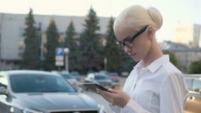 Portrait de la jeune belle femme d'affaires à l'aide de la tablette dehors Images libres de droits