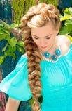 Portrait de la jeune belle femme de sourire avec de longs cheveux et extérieur Photographie stock