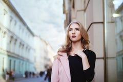 Portrait de la jeune belle femme marchant dans la ville Concept de mode de rue Photos libres de droits