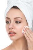 Portrait de la jeune belle femme nettoyant son visage Photo stock