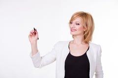 Portrait de la jeune belle femme tenant un stylo sur le fond blanc Concept d'écriture Images libres de droits
