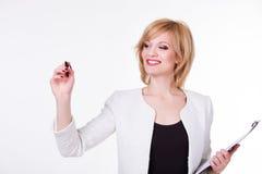 Portrait de la jeune belle femme tenant un stylo sur le fond blanc Concept d'écriture photo stock