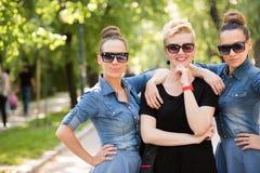 Portrait de la jeune belle femme trois avec des lunettes de soleil Photos stock