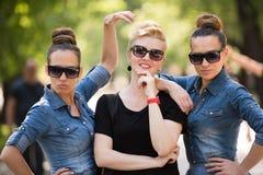 Portrait de la jeune belle femme trois avec des lunettes de soleil Images stock