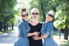 Portrait de la jeune belle femme trois avec des lunettes de soleil Photo stock