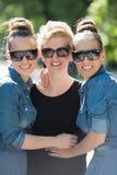 Portrait de la jeune belle femme trois avec des lunettes de soleil Photo libre de droits