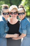 Portrait de la jeune belle femme trois avec des lunettes de soleil Image libre de droits