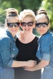 Portrait de la jeune belle femme trois avec des lunettes de soleil Photos libres de droits