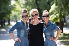 Portrait de la jeune belle femme trois avec des lunettes de soleil Photographie stock libre de droits