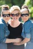 Portrait de la jeune belle femme trois avec des lunettes de soleil Photographie stock