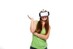 Portrait de la jeune belle fille de sourire heureuse obtenant une expérience utilisant des verres de VR-casque de réalité virtuel Photographie stock libre de droits
