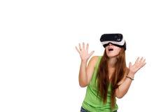 Portrait de la jeune belle fille de sourire heureuse obtenant une expérience utilisant des verres de VR-casque de réalité virtuel Photos stock