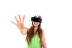 Portrait de la jeune belle fille de sourire heureuse obtenant une expérience utilisant des verres de VR-casque de réalité virtuel Photographie stock
