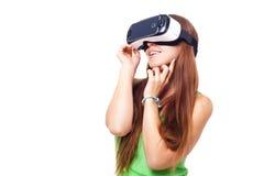 Portrait de la jeune belle fille de sourire heureuse obtenant une expérience utilisant des verres de VR-casque de réalité virtuel Photo libre de droits