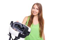 Portrait de la jeune belle fille de sourire heureuse obtenant une expérience utilisant des verres de VR-casque de réalité virtuel Photo stock