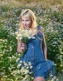 Portrait de la jeune blonde avec un bouquet des fleurs sauvages Images stock