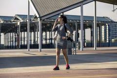 Portrait de la jeune et attirante femme se tenant en parc urbain Photo stock
