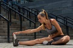 Portrait de la jeune et belle formation femelle de forme physique Motivation de sport Photographie stock