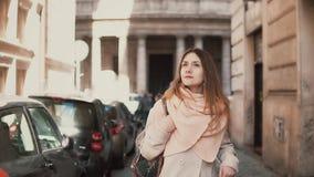 Portrait de la jeune femme élégante marchant au centre de la ville La fille inspirée et heureuse explore les vieilles rues de la  banque de vidéos