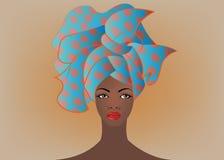 Portrait de la jeune femme africaine dans un turban coloré Enveloppez la mode d'Afro, Ankara, Kente, kitenge, robes africaines de Photos libres de droits