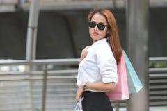 Portrait de la jeune femme asiatique sûre portant le panier coloré sur l'épaule Images libres de droits