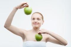 Portrait de la jeune femme attirante tenant deux Photos stock