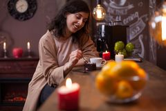 Portrait de la jeune femme caucasienne attirante mangeant le gâteau au compteur de barre dans un café de hippie photos libres de droits