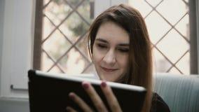 Portrait de la jeune femme d'affaires de sourire à l'aide de la tablette pour travailler à la maison Bureau mobile en ligne clips vidéos