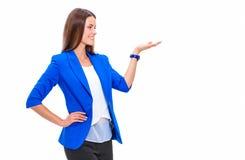 Portrait de la jeune femme d'affaires se dirigeant sur le fond blanc photographie stock libre de droits