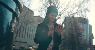 Portrait de la jeune femme d'Afro-américain à l'aide du téléphone banque de vidéos