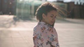 Portrait de la jeune femme d'Afro-américain posant à un appareil-photo, dehors banque de vidéos