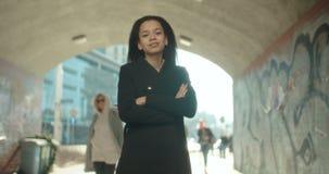 Portrait de la jeune femme d'Afro-américain regardant à un appareil-photo, dehors clips vidéos