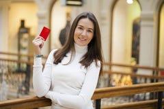 Portrait de la jeune femme de sourire d'affaires tenant la carte de crédit Photographie stock