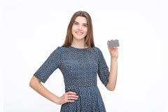 Portrait de la jeune femme de sourire d'affaires tenant la carte de crédit Photos stock