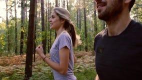Portrait de la jeune femme et du jeune homme courant pendant le matin banque de vidéos