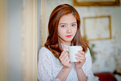 Portrait de la jeune femme magnifique de brune tenant la tasse Photos stock