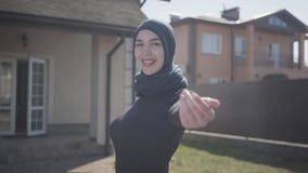 Portrait de la jeune femme musulmane professionnelle d'affaires regardant le foulard traditionnel de port heureux de sourire de c banque de vidéos