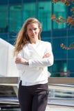Portrait de la jeune femme de sourire d'affaires extérieure dans la ville image libre de droits