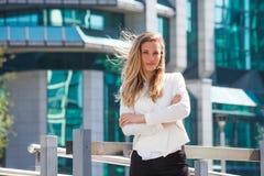 Portrait de la jeune femme de sourire d'affaires extérieure dans la ville photographie stock libre de droits