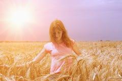 Portrait de la jeune femme de sourire heureuse marchant par le champ et photos libres de droits