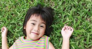 Portrait de la jeune fille asiatique ayant le bon temps dans le parc Photographie stock libre de droits