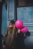 Portrait de la jeune fille ayant le printemps extérieur d'amusement Image stock