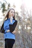 Portrait de la jeune fille blonde attirante regardant loin - photographie stock libre de droits