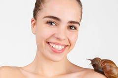 Portrait de la jeune fille heureuse, qui a un grand serpent sur l'épaule D'isolement sur le blanc images stock